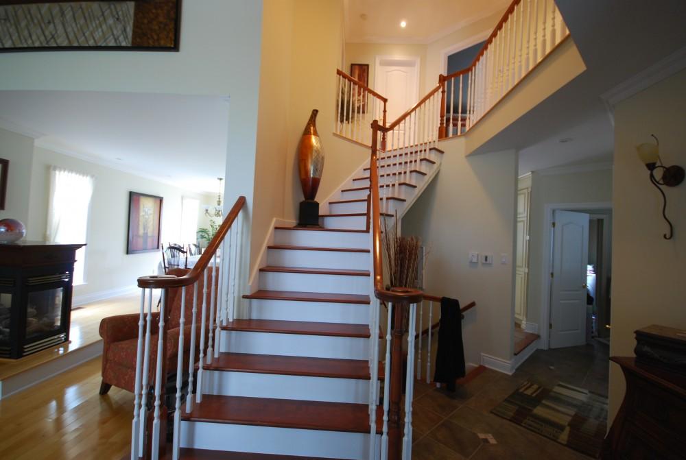 escalier dans salon good un canap sous luescalier with escalier dans salon cheap aller au. Black Bedroom Furniture Sets. Home Design Ideas